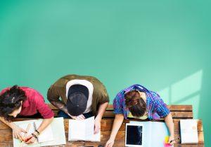 Trois étudiants concentrés entrain de réviser pour leur examen