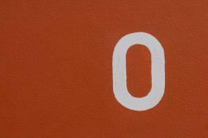zéro blanc sur fond rouge