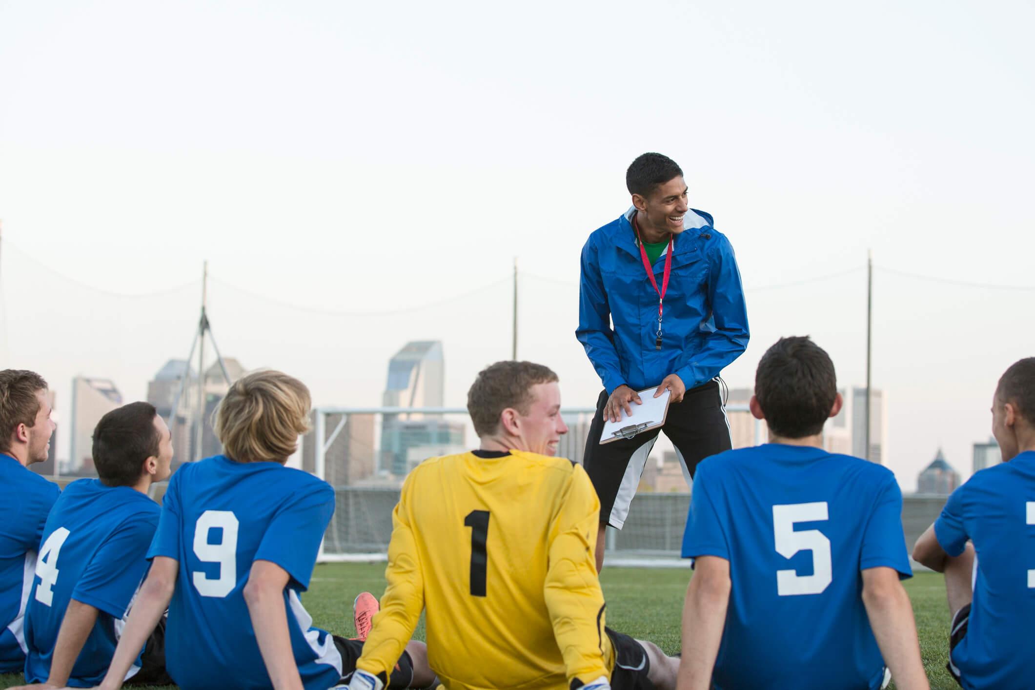Entraîneur de foot qui explique ses tactiques à son équipe