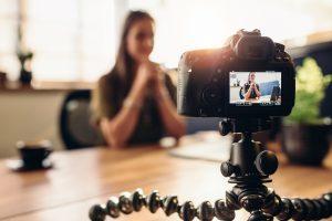 Blogueuse enregistrant une vidéo