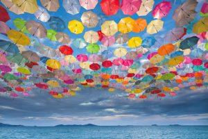 Nuage de parapluies de toutes les couleurs